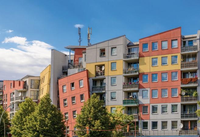 Die Fassaden kippen, die Fenster sind schräg. Die schiefen Häuser in der Nöldnerstraße sind ein farbenfrohes Neubauprojekt aus den 90er Jahren. © ebenart / Fotolia.com