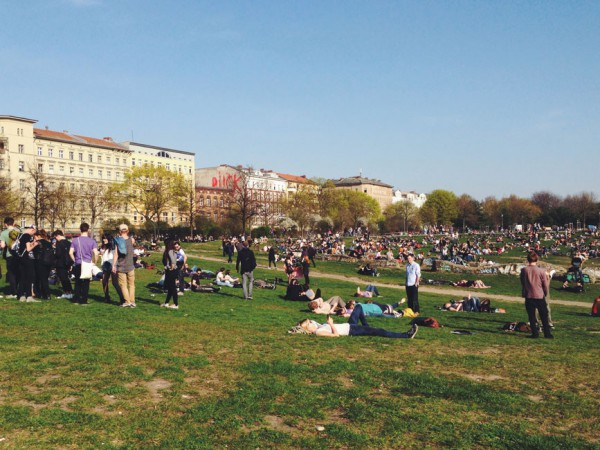 Der Görlitzer Park – ein beliebter Treffpunkt sobald die ersten Sonnenstrahlen herauskommen © James Dennes / flickr.com (https://creativecommons.org/licenses/by/2.0/deed.de)