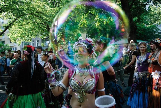 Der Karneval der Kulturen – Berlins buntestes Straßenfestival mit über 1 Millionen Besuchern © Axel Kuhlmann / flickr.com (https://creativecommons.org/licenses/by/2.0/deed.de)