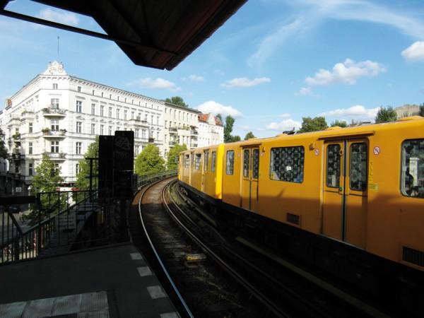 Die U-Bahn am Schlesischen Tor verbindet Friedrichshain und Kreuzberg © Ingolf / flickr.com (https:// creativecommons.org/licenses/by/2.0/deed.de)