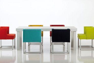 Der beliebte Esssessel wird untereinander mit verschiedenen Farben oder Formen individuell kombiniert. © VDM/Brühl