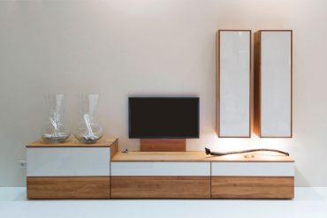 Kontrastreicher Material-Mix etwa aus rustikalem Holz und Weißglas. © IPM