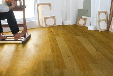 """""""Ein Parkettboden ist pflegeleicht und kann mehrfach renoviert werden"""". © vdp/Hain"""