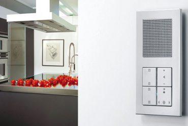 Die Lösung für platzsparenden Radioempfang sind kompakte Unterputz-Geräte. © djd/Elektro+