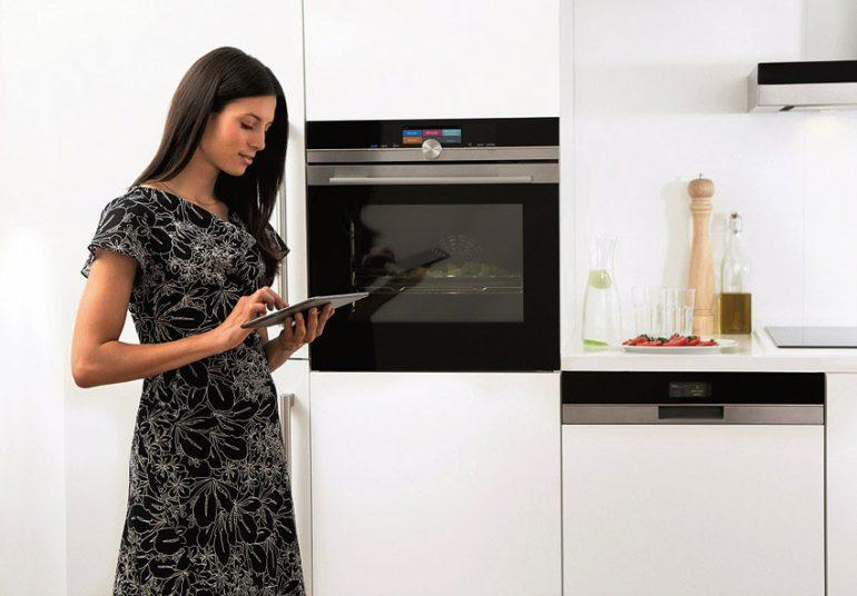 Egal ob Dunstabzugshaube oder Geschirrspüler, die Geräte sind nicht nur hochfunktional, designorientiert und vernetzt, sondern auch leise. Zudem sind immer mehr Geräte über smarte Mobilgeräte zu steuern. © AMK