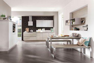 Aus vielen, genau aufeinander abgestimmten Einzelteilen besteht diese einladende offene Wohnküche mit ihrer modernen Natürlichkeit und klaren Linienführung. © Foto: AMK