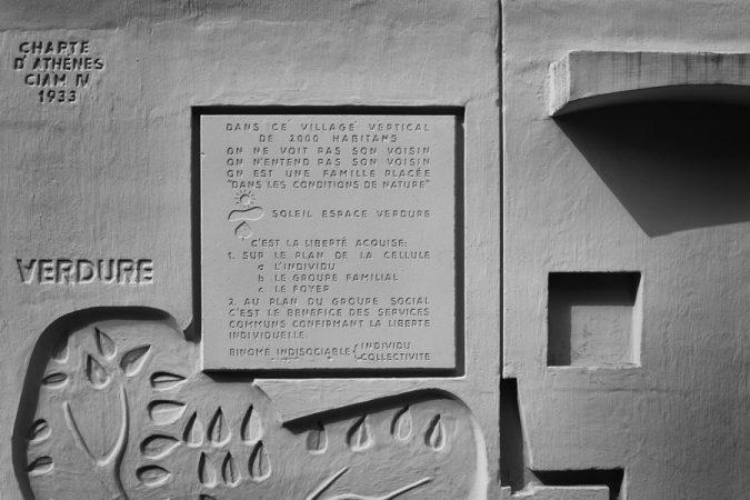 Inschrift am Corbusierhaus, Alejandro Bustamante Campillo, flickr.com (https://creativecommons.org/licenses/by-nc/2.0/deed.de)