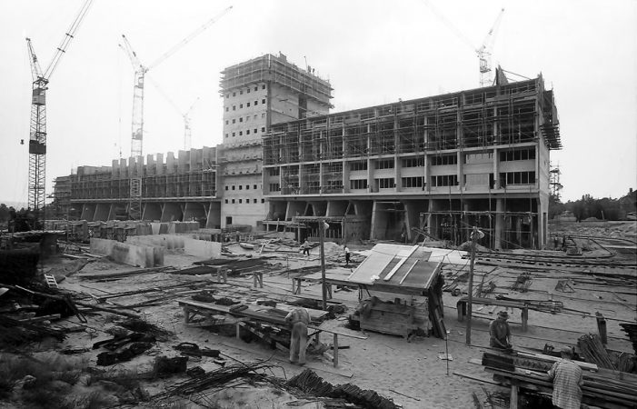 Corbusierhaus im Bau, Sicht auf die Ostseite; Willy Pragher unter CC3