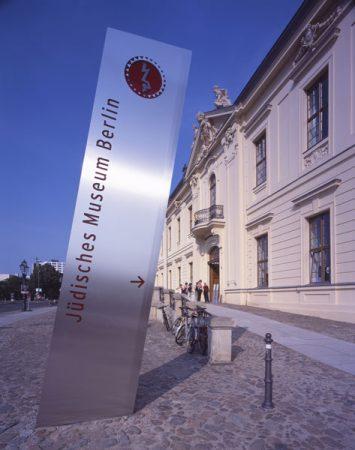 Außenansicht Jüdisches Museum Berlin, Haupteingang © Jens Ziehe
