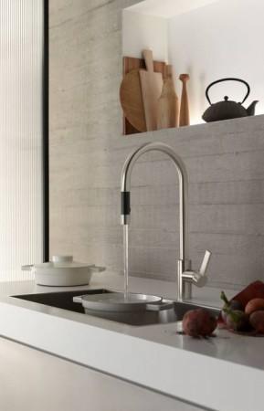 Design-Ikone mit einem nach unten ausziehbaren Auslauf. Die matt-schwarze Grifffläche ist temperaturisoliert – der flexible Auszugsschlauch ermöglicht viel Bewegungsfreiheit am Spülbecken. © AMK