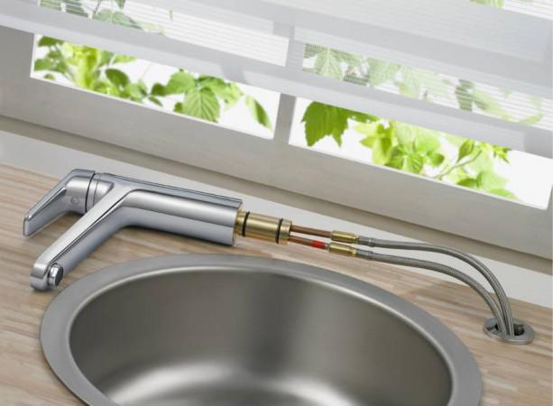 Soll das Küchenfenster ganz geöffnet werden, wird diese formschöne Küchenarmatur mit ausziehbarer Handbrause einfach aus der Arbeitsplatte herausgezogen und flach umgelegt. © AMK