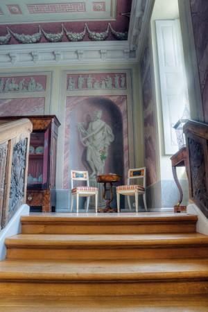 Im Treppenhaus ist die Ausmalung, vor allem die marmorierten Wandfelder und die illusionistischen Motive bestimmend. • © Eddy Raschke