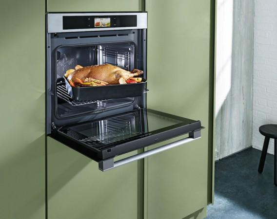 Leistungsstark und platzsparend ist dieser 3in1-Alleskönner, denn er vereint drei vollwertige Geräte in einem. Heißluft, Dampf, Mikrowelle und Grill können dabei auch gleichzeitig genutzt werden. Nach der Weihnachtsbäckerei geht's dann weiter mit Weihnachtsbraten. © AMK