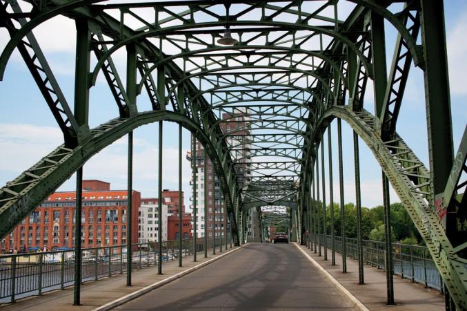 Die Eiswerder Brücke mit Blick auf das Gelände der ehemaligen Schultheiss-Brauerei © C. Bender-Saebelkampf