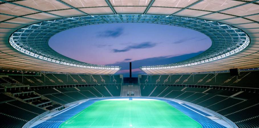 Mit der Öffnung zum Glockenturm als städtebaulichem Fluchtpunkt respektiert es Bezüge und Blickachsen der historischen Gesamtanlage. © Friedrich Busam & Olympiastadion Berlin GmbH