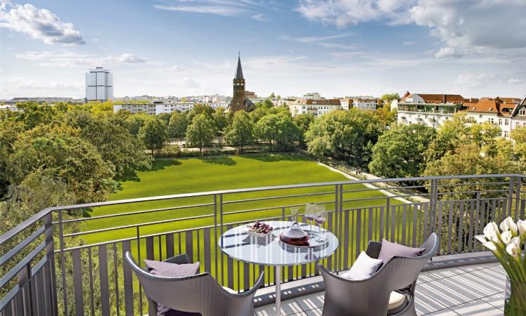 Blick von einem Balkon des neuen Wohnensembles über den Hochmeisterplatz  © ZIEGERT – Bank- und Immobilienconsulting GmbH