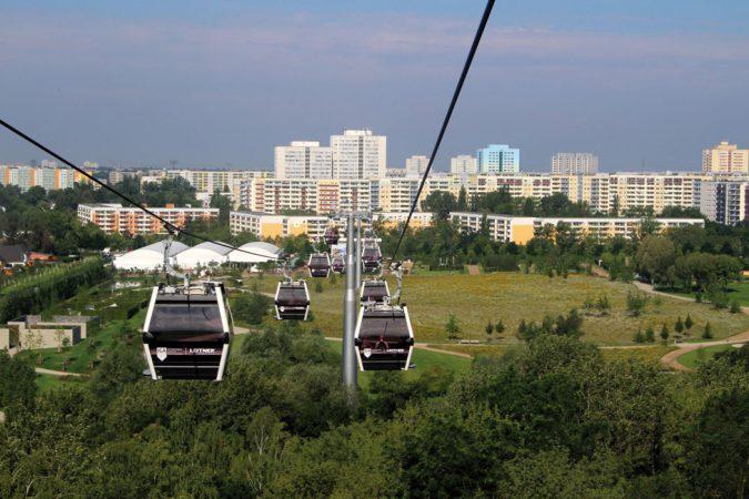 Die Fahrt mit der Seilbahn eröffnet den BesucherInnen einen wunderbaren Blick auf das IGA-Gelände mit seinen vielfältigen Attraktionen ©Michael Lizenz: CC BY-NC 2.0