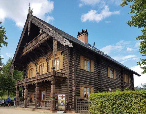 Um eine Blockbauweise vorzutäuschen, wurden auf das Fachwerk rundbohlenartige Verschalungen aufgenagelt. Die Dächer waren mit Holz gedeckt – erst später wurde das Holz durch Schiefer ausgetauscht. © de Vries
