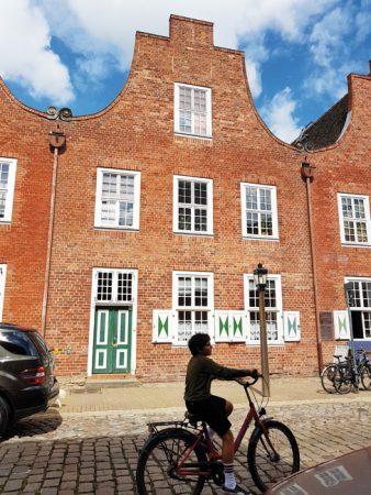 Der zweite Haustyp ist das dreiachsige Giebelhaus, gut zu sehen die Schnecken aus Sandstein. © de Vries