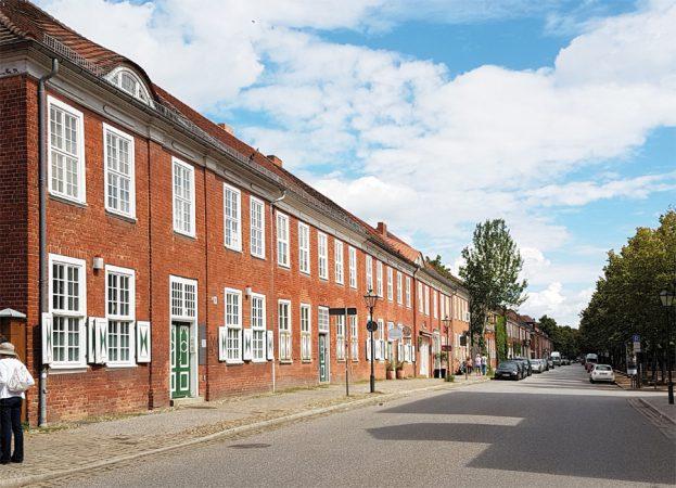 Zwei Haustypen wurden im Holländischen Viertel  gebaut: hier im Bild das fünfachsige Traufenhaus. © de Vries