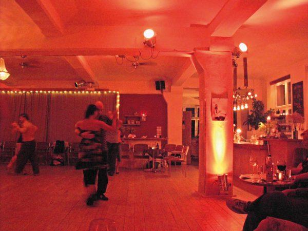Tanzkurse, wie hier im Ballhaus Mitte, standen auch schon um die Jahrhundertwende in vielen Ballhäusern auf dem Programm. © Mr Thinktank Lizenz: CC BY 2.0