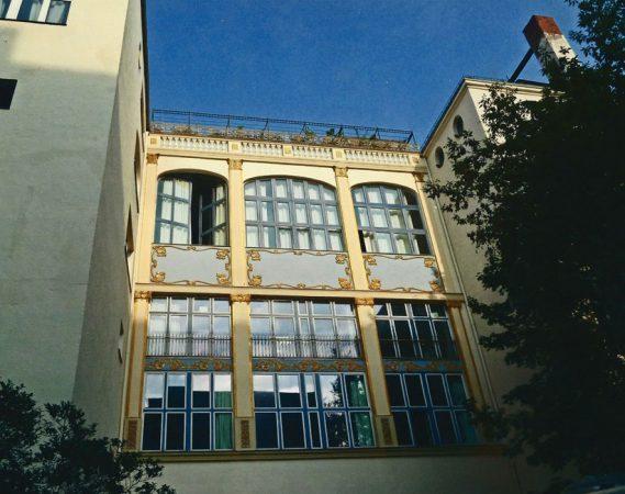 """Die prächtige Fassade der ehemaligen """"Hohenstaufen-Festsäle entführen in die Zeit der Jahrhundertwende. © Ballhaus Rixdorf Studios"""