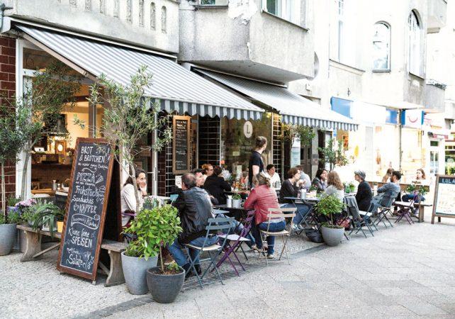 Abends kann man in den zahlreichen kleinen Restaurants den Tag ausklingen lassen. © Project Immobilien Wohnen AG