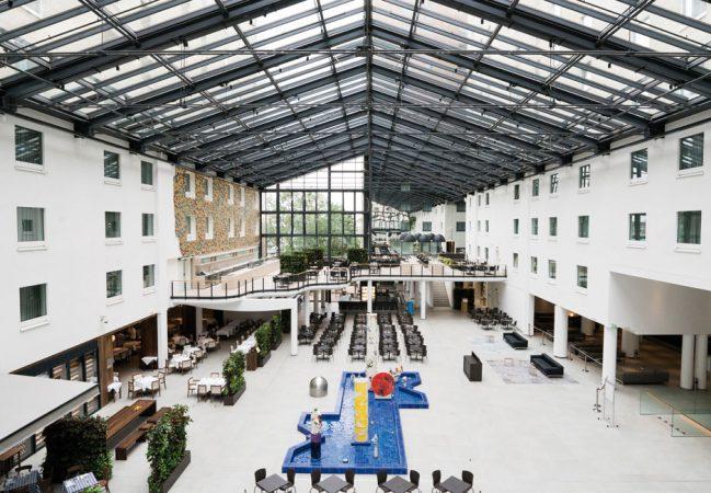 Das Atrium verbindet Hotel und Convention Center © Estrel Berlin