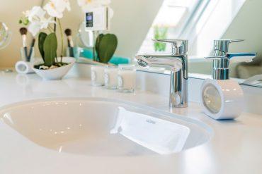 Der Waschplatz im modernen Badezimmer lebt von charmanten Formen und cleveren Materialien. Was immer man braucht oder zeigen will, findet hier einen picobello Platz. © VDS