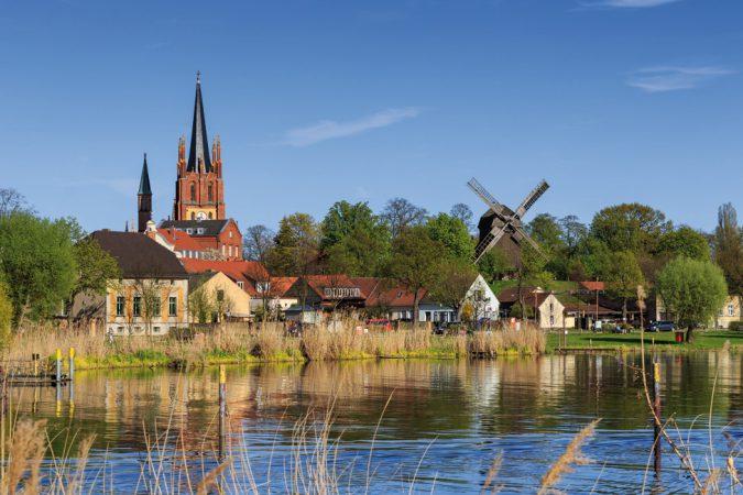 Aussicht auf die Heilig-Geist-Kirche und die Bockwindmühle in Werder (Havel)  © A.Savin / Wikimedia Commons