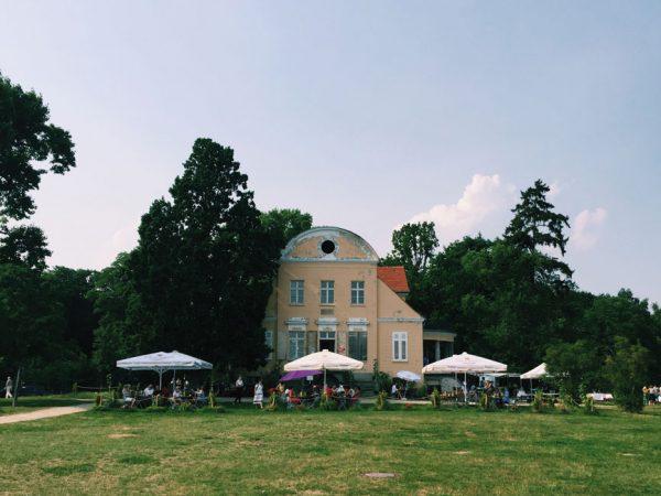 Direkt am Havelufer gegenüber dem Wannsee liegt der historische Gutspark Neukladow. Seit Sommer 2017 gibt es ein neues Café und Restaurant im Gutshaus.  Foto:  James Dennes  Lizenz: CC BY 2.0