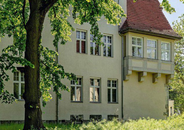 Beide Villen wurden von parkartigen Gartenanlagen umgeben und ursprünglich als Knabeninternat errichtet.© Denkmal in Dahlem Otto-Hahn-Platz GmbH