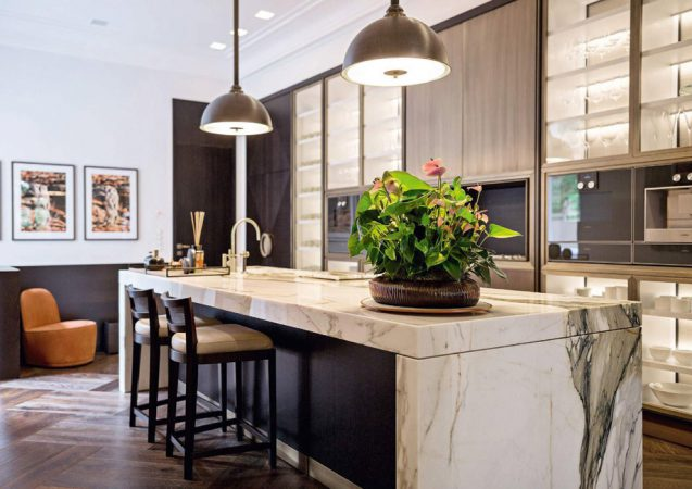Es gibt keine Standardausstattung, sondern nur individualisierte Zusammenstellungen von Böden und Wandoberflächen, Farben und Möbeln, Küchen und Bädern. © Sibel Huhn Interior Architects