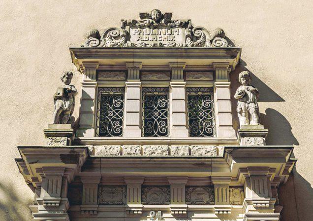Noch heute ist die hochwertige Bausubstanz der Kaiserzeit spürbar: Dicke Wände, große Fenster und eine historisierende Architektursprache. © Denkmal in Dahlem Otto-Hahn-Platz GmbH