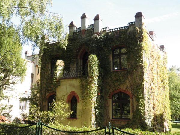 In der Paulinenstraße stehen die Lilienthal-Burgen wie Perlen aufgereiht nebeneinander. Haus Nr. 25  © Untere Denkmalschutzbehörde Steglitz-Zehlendorf