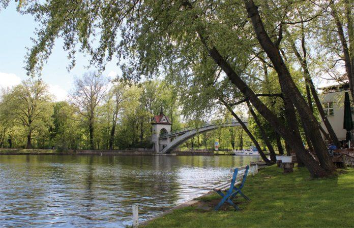 Auf der Insel der Jugend im Treptower Park lässt sich herrlich ein Tag im Grünen verbringen.   • Foto: Klara Moschütz • Lizenz: CC BY-SA 2.0
