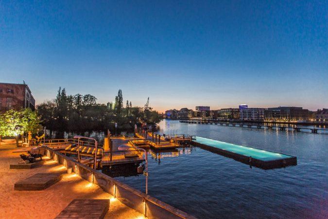 Das Badeschiff – ein 2,08 m tiefer, schwimmender Pool – ist seit 2004 Teil des Konzeptes und eine der außergewöhnlichsten Badestellen Europas. © Markus Nass