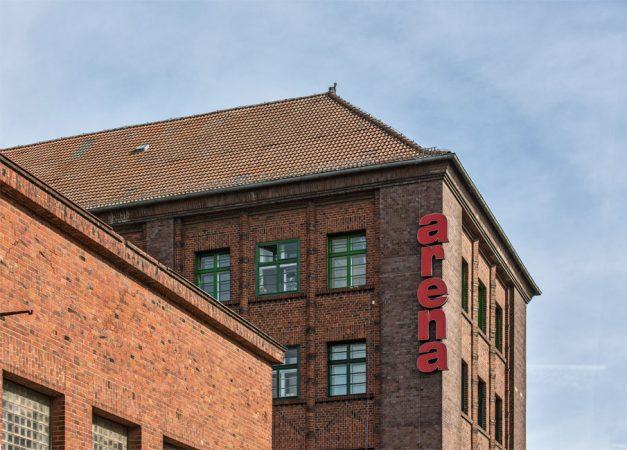 Zur Eichenstraße wird die Halle von einem viergeschossigen Verwaltungsgebäude mit Büros, Werkstätten und Wohnungen flankiert. © Markus Nass