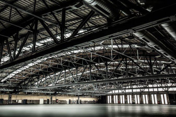 Bis 1933 als Busdepot und im Zweiten Weltkrieg als Waffenlager genutzt, dient die Halle heute als multifunktionaler Veranstaltungsort. © Markus Nass