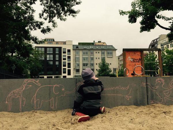 Stetig wachsende Kiezstrukturen, mehr als 2.500 Grünanlagen und 1.850 Spielplätze, vielfältige Freizeitangebote und die ganz besondere Berliner Kulturlandschaft sprechen für das Familienleben in der Hauptstadt. © SW/EXKLUSIV