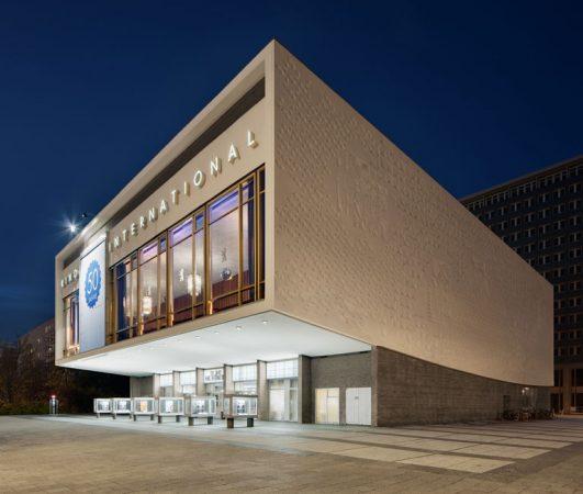 Die großflächige Filmankündigung an der Ostfassade wird  immer noch handgemalt. © Yorck Kinogruppe/Daniel Horn