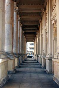 Architektur-Koenigskolonnaden-Innenraum-3_lt_paris-1-200x300 Fast der Vergessenheit preisgegeben – Die Königskolonnaden