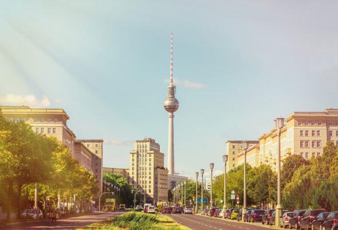 Die Karl-Marx-Allee ist eine bekannte Geschäftsstraße in Friedrichshain-Kreuzberg © jackijack / Fotolia.com