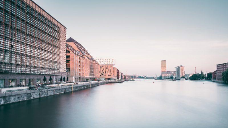 Mediaspree - Bürogebäude, Firmensitze und Wohnungen entlang der Spree © Berlin85 / stock.adobe.com