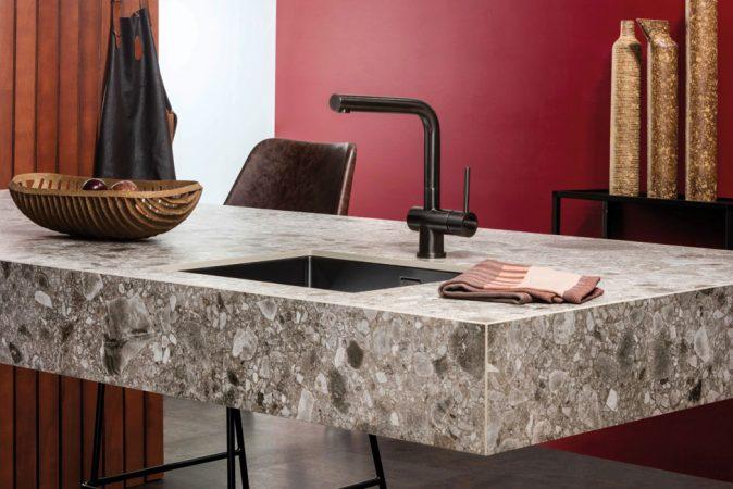 Ein wichtiger und beliebter Werkstoff in Lifestyle-Küchen sind keramische Arbeitsplatten. Ihre schönen und vielfältigen Oberflächen sind pflegeleicht, schmutzabweisend, hitze- und kratzfest. © AMK