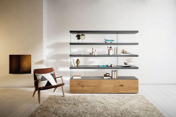 LAGO AIR als Wohnzimmerregal in natürlich dezenter Inszenierung im Wohnraum, das edlen Sammlungen die perfekte Bühne präsentiert. © WHO'S PERFECT
