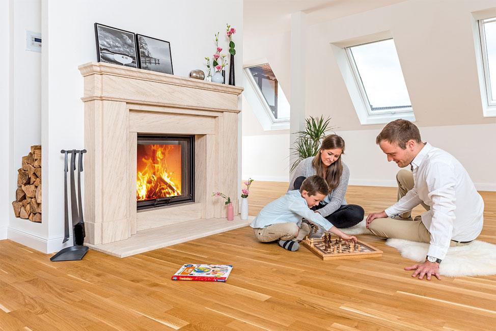 Kuschelwaerme-Familie Glücklich am Kachelofen, Heizkamin oder Kaminofen: