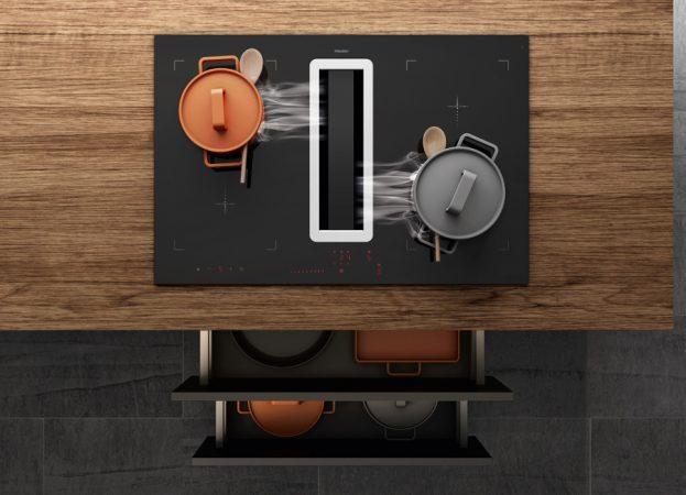 Kompaktes Duo zum Kochen & Lüften:  Ein prämiertes Premium-Induktionskochfeld – alternativ ist auch ein HiLight-Kochfeld möglich – und ein integrierter Kochfeldabzug mit einem leistungsstarken Motor. Die Einstellungen erfolgen über Slider Sensortasten. © AMK