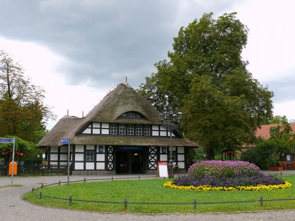 © Fridolin freudenfett (Peter Kuley), Dahlem Königin-Luise-Straße U-Bahn Dahlem-Dorf, CC BY-SA 3.0