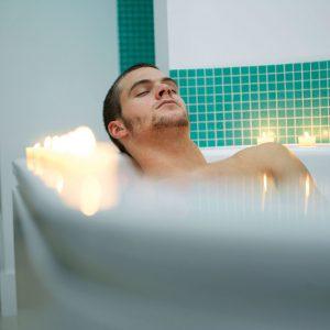 Wohntrends_Wellness-Mann-Wanne-1704490-300x300 Wellness zu Hause genießen